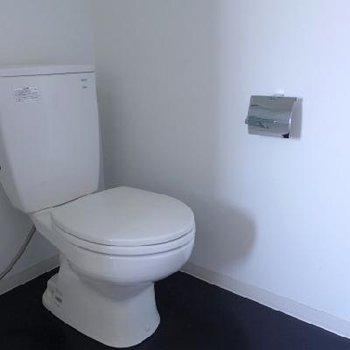 ピカピカ!トイレと洗面台は同室です♪