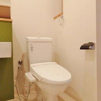 トイレには棚もあります。