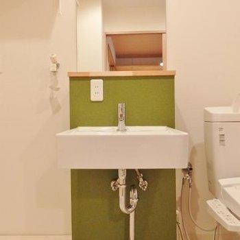 グリーンの可愛らしい洗面台。
