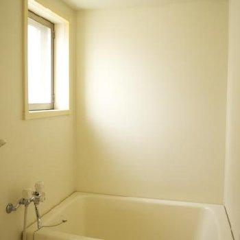お風呂は窓付き