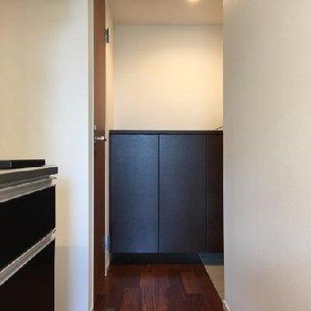 右奥が玄関です。正面は靴箱。しぶいい色みが素敵です