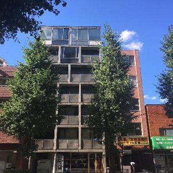 コンクリート打ちっ放しのマンション