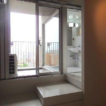 階段のぼってベランダ&浴室へ※写真は別部屋