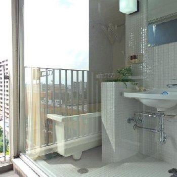 お風呂がベランダに面しています...!※写真は別部屋