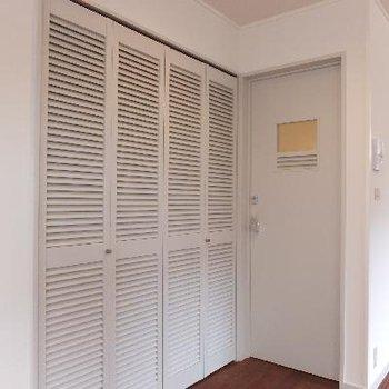 クローゼットと洗面スペースへのドア