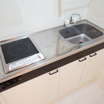 キッチンはIH1口でコンパクト。