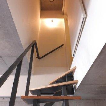 お待ちかねの階段の上は