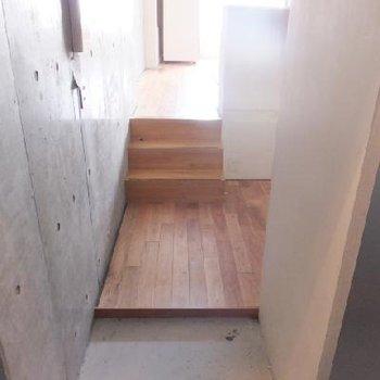 玄関を入るとこんな感じ。すぐに無垢床!