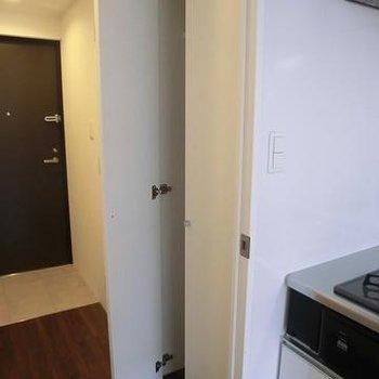 キッチン横にも収納あります。※写真は別のお部屋です