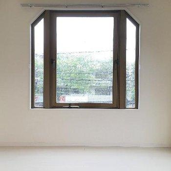 窓のデザインも少し個性的で可愛いですね♪