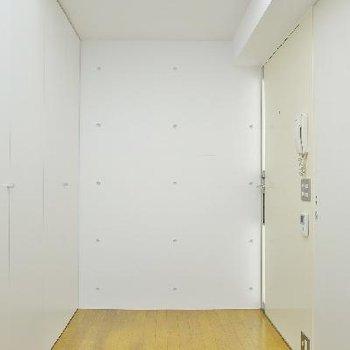 右の玄関扉を開けるとすぐお部屋!