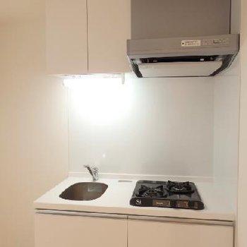 白のシンプルなキッチン