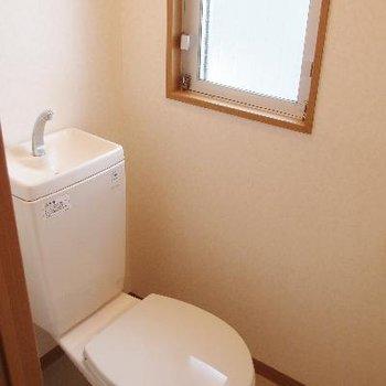 トイレには窓があります
