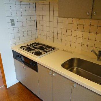 キッチンは3口ガスで使い勝手◎
