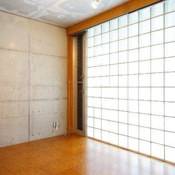 5.9帖のお部屋は一面のガラスブロック!