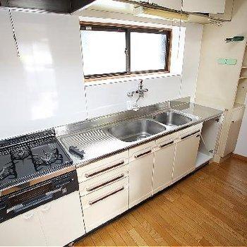 キッチンは3口ガスでゆったりサイズなので使い勝手バツグン!