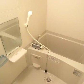 お風呂も小さな棚あり♪