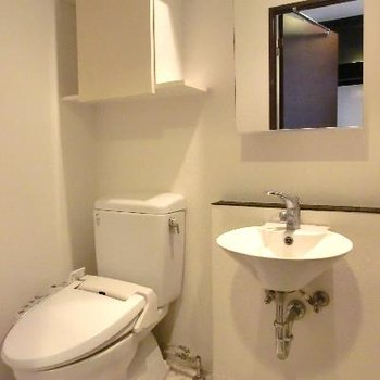おしゃれな洗面台と、ウォッシュレットトイレ。