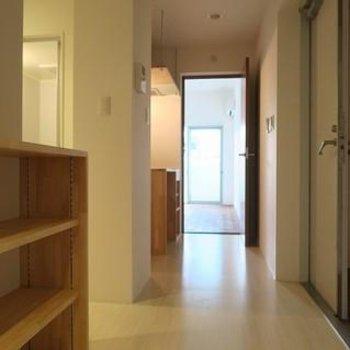 玄関アプローチ。木目がやさしい。※写真は別のお部屋です