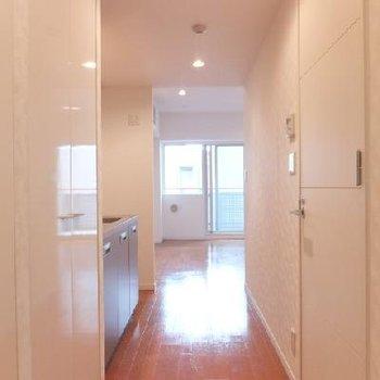玄関からみるとこんな感じ。白い建具で爽やかです