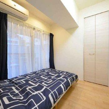 シンプルにイエローの寝室ですね。