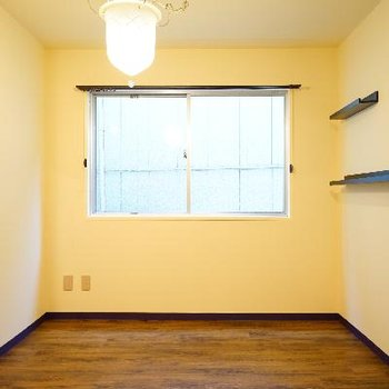 壁に棚が設置されています♪