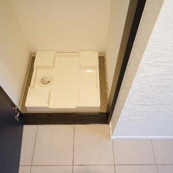 玄関横に洗濯機置き場と