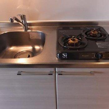 キッチンはガスコンロ!コンパクトな造りです。※写真は別室