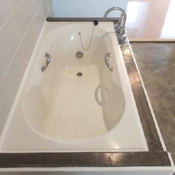 ゆったりサイズのお風呂!洗面スペースから1段下がったところにあり、カーテンで仕切ることもできます
