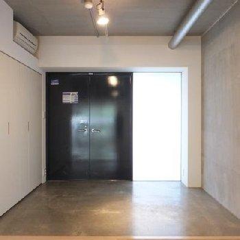 玄関はこんな感じのモルタル空間。
