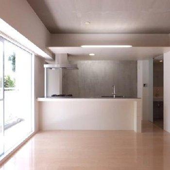 奥の壁と天井に間接照明が効いてより洗練された空間に