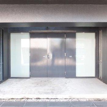立派な玄関前。