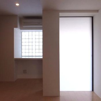 北向きの窓からふんわりした光が入ります
