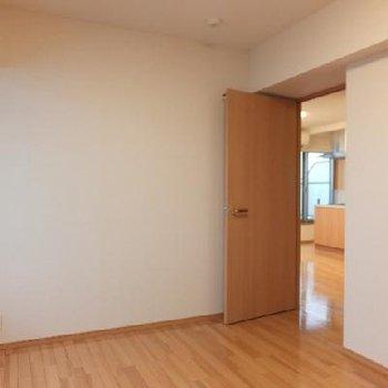 お部屋の奥から見るとこんな感じ。どの部屋からもバルコニーに出る事ができます