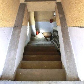 屋上に向かう時の階段。共用部は古いです。階段も急です。