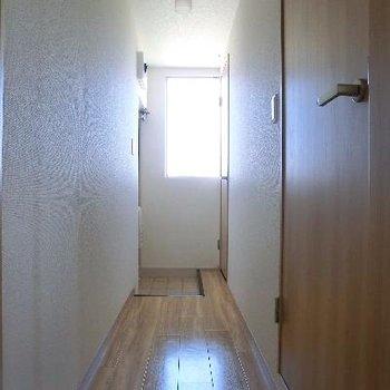 長い廊下。玄関の目の前がトイレです。