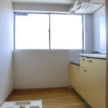 キッチンのサイドにも大きな窓。