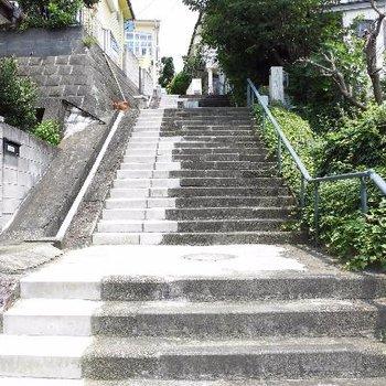 お部屋へは階段と坂を登っていきます。※写真は別室です
