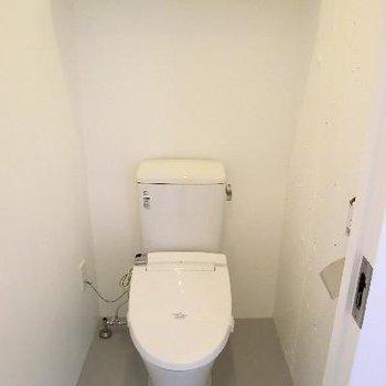 トイレはモルタライクなグレーの床です。