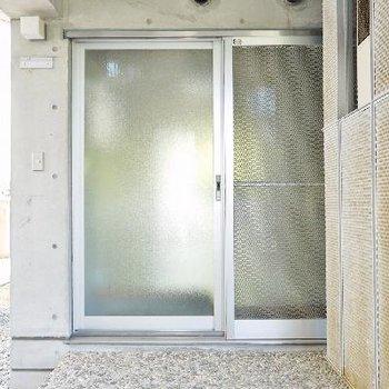 玄関はガラガラの田舎の実家タイプ。