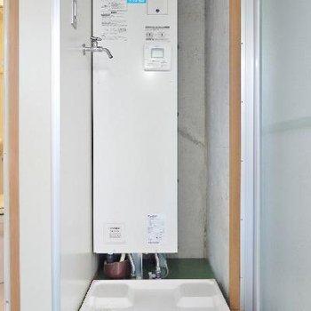 洗濯パンと電気給湯器。