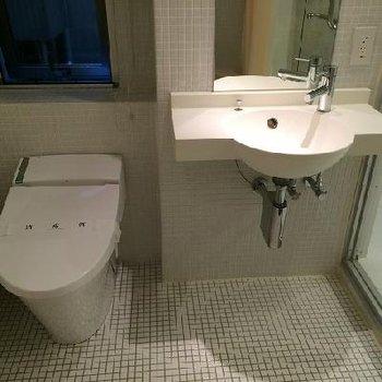 洗面台です。シンプル。※写真は別部屋です