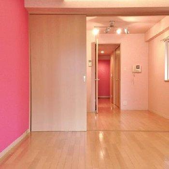 ドーン。ピンクのお部屋へようこそ!