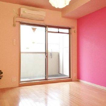 ピンクの壁面でサンドイッチ。