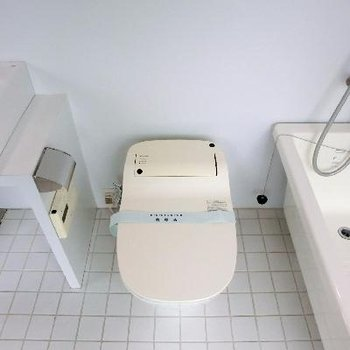 トイレはバスタブの横に併設。