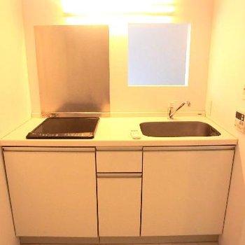 こちらがキッチン。白のタイル張りのキッチンです。
