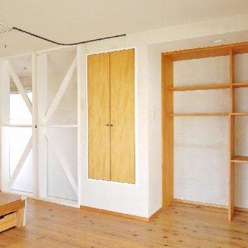 隠せる収納とオープンな収納。