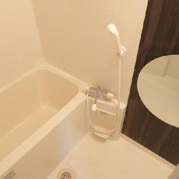 お風呂はあまり広くないかな、、、丸鏡が可愛いのだけど。※写真は別部屋