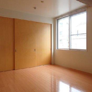 フローリングの寝室※写真は別部屋