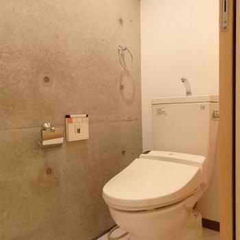 トイレの壁も打ちっぱなし※写真は別部屋